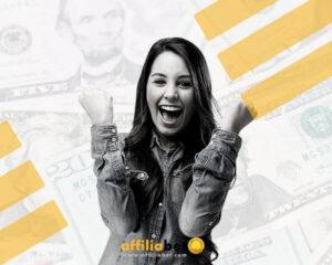 Mujer contenta con campaña marca apuestas